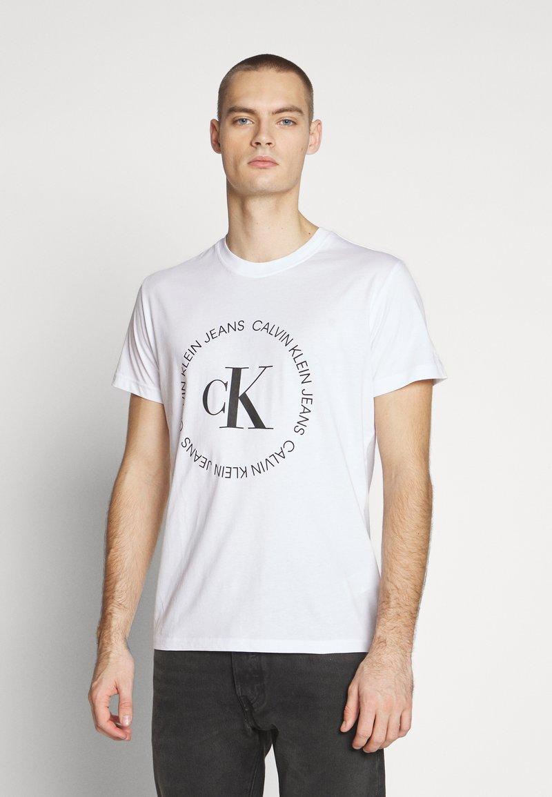 Calvin Klein Jeans - ROUND LOGO TEE - T-shirt z nadrukiem - bright white