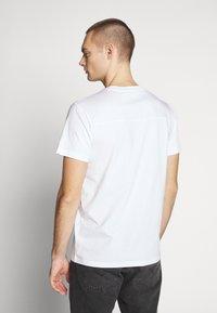 Calvin Klein Jeans - ROUND LOGO TEE - T-shirt z nadrukiem - bright white - 2