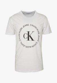 Calvin Klein Jeans - ROUND LOGO TEE - T-shirt z nadrukiem - bright white - 3