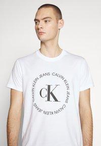 Calvin Klein Jeans - ROUND LOGO TEE - T-shirt z nadrukiem - bright white - 4