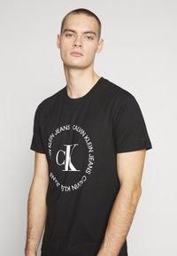 Calvin Klein Jeans - ROUND LOGO TEE - Print T-shirt - black - 4