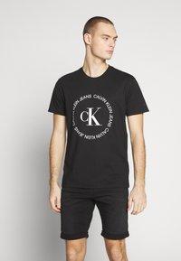 Calvin Klein Jeans - ROUND LOGO TEE - Print T-shirt - black - 0