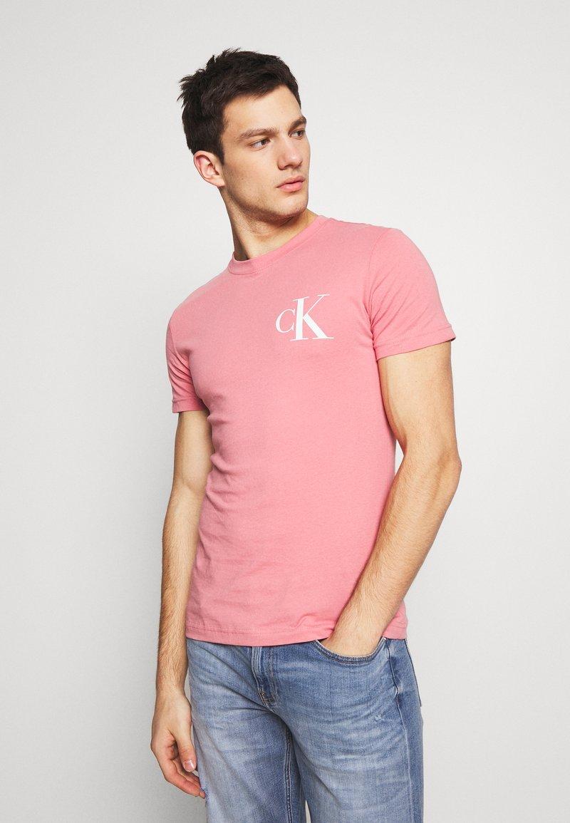 Calvin Klein Jeans - INSTIT POP LOGO SLIM TEE - T-shirt z nadrukiem - brandied apricot