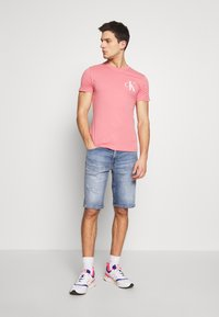 Calvin Klein Jeans - INSTIT POP LOGO SLIM TEE - T-shirt z nadrukiem - brandied apricot - 1