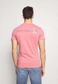Calvin Klein Jeans - INSTIT POP LOGO SLIM TEE - T-shirt z nadrukiem - brandied apricot - 2