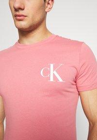 Calvin Klein Jeans - INSTIT POP LOGO SLIM TEE - T-shirt z nadrukiem - brandied apricot - 5