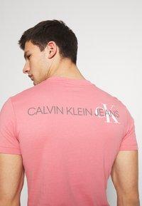 Calvin Klein Jeans - INSTIT POP LOGO SLIM TEE - T-shirt z nadrukiem - brandied apricot - 3