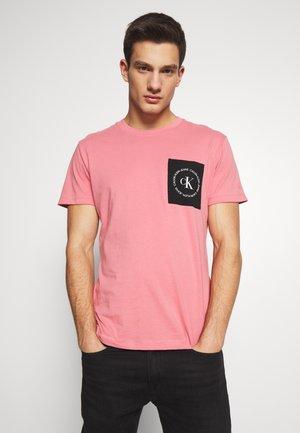 CK ROUND LOGO REG PCKT TEE - T-shirt imprimé - brandied apricot/black/white