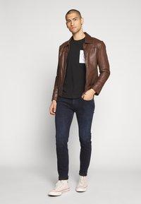 Calvin Klein Jeans - CK ROUND LOGO REG PCKT TEE - T-Shirt print - black/white - 1