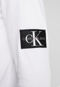 Calvin Klein Jeans - BADGE SLEEVE CUFF - Long sleeved top - bright white - 4