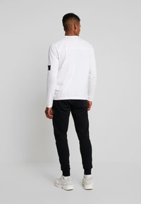 Calvin Klein Jeans - BADGE SLEEVE CUFF - Long sleeved top - bright white - 2