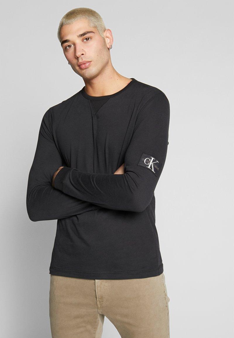 Calvin Klein Jeans - BADGE SLEEVE CUFF - Bluzka z długim rękawem - black