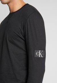 Calvin Klein Jeans - BADGE SLEEVE CUFF - Bluzka z długim rękawem - black - 5