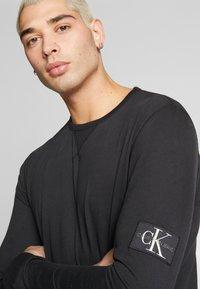 Calvin Klein Jeans - BADGE SLEEVE CUFF - Bluzka z długim rękawem - black - 3