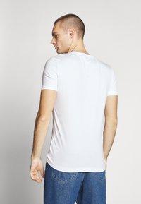 Calvin Klein Jeans - CENTER MONOGRAM BOX SLIM TEE - T-shirt imprimé - bright white - 2