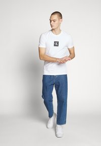 Calvin Klein Jeans - CENTER MONOGRAM BOX SLIM TEE - T-shirt imprimé - bright white - 1