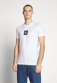 Calvin Klein Jeans - CENTER MONOGRAM BOX SLIM TEE - T-shirt imprimé - bright white - 0