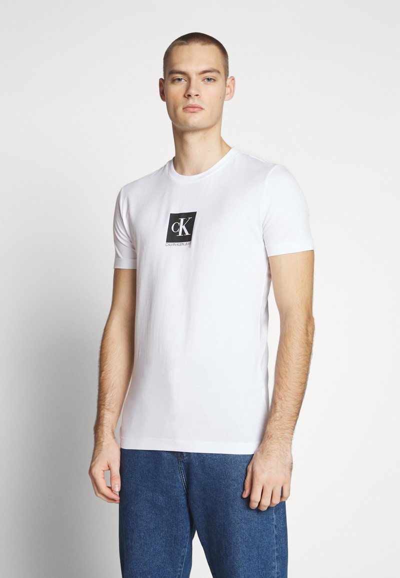 Calvin Klein Jeans - CENTER MONOGRAM BOX SLIM TEE - T-shirt imprimé - bright white