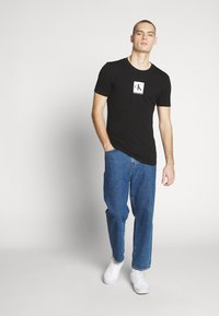 Calvin Klein Jeans - CENTER MONOGRAM BOX SLIM TEE - T-shirt con stampa - black - 1