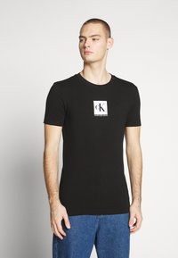 Calvin Klein Jeans - CENTER MONOGRAM BOX SLIM TEE - T-shirt con stampa - black - 0