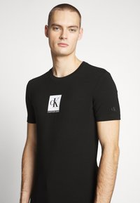 Calvin Klein Jeans - CENTER MONOGRAM BOX SLIM TEE - T-shirt con stampa - black - 4