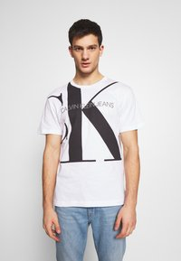 Calvin Klein Jeans - UPSCALE MONOGRAM LOGO REGULAR TEE - T-shirt z nadrukiem - bright white - 0
