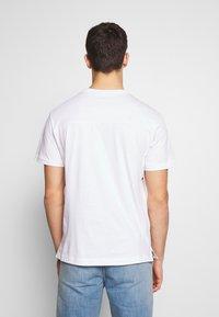 Calvin Klein Jeans - UPSCALE MONOGRAM LOGO REGULAR TEE - T-shirt z nadrukiem - bright white - 2