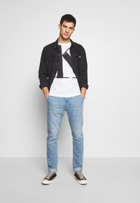 Calvin Klein Jeans - UPSCALE MONOGRAM LOGO REGULAR TEE - T-shirt z nadrukiem - bright white - 1