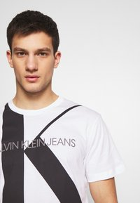 Calvin Klein Jeans - UPSCALE MONOGRAM LOGO REGULAR TEE - T-shirt z nadrukiem - bright white - 3