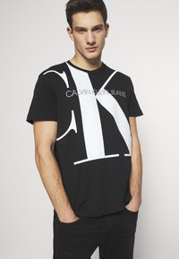 Calvin Klein Jeans - UPSCALE MONOGRAM LOGO REGULAR TEE - Print T-shirt - black - 0