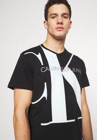 Calvin Klein Jeans - UPSCALE MONOGRAM LOGO REGULAR TEE - Print T-shirt - black - 4