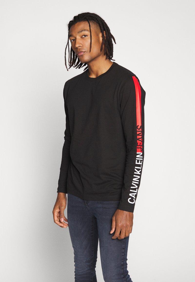 Calvin Klein Jeans - STRIPE INSTITUTIONAL LOGO TEE - Langærmede T-shirts - black