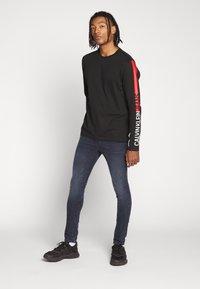 Calvin Klein Jeans - STRIPE INSTITUTIONAL LOGO TEE - Pitkähihainen paita - black - 1