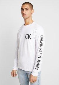 Calvin Klein Jeans - ON THE BACK LONGSLEEVE - Top sdlouhým rukávem - bright white/black - 0