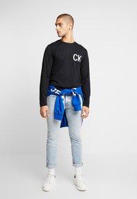 Calvin Klein Jeans - ON THE BACK LONGSLEEVE - Top sdlouhým rukávem - black - 1