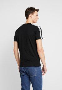 Calvin Klein Jeans - SLEEVES LOGO INSTIT TAPE  - T-shirt basique - black beauty - 2