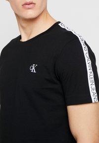Calvin Klein Jeans - SLEEVES LOGO INSTIT TAPE  - T-shirt basique - black beauty - 4