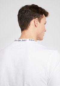 Calvin Klein Jeans - CHEST MONOGRAM COLLAR LOGO SLIM - T-shirt basic - bright white - 3