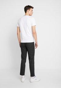 Calvin Klein Jeans - CHEST MONOGRAM COLLAR LOGO SLIM - T-shirt basic - bright white - 2