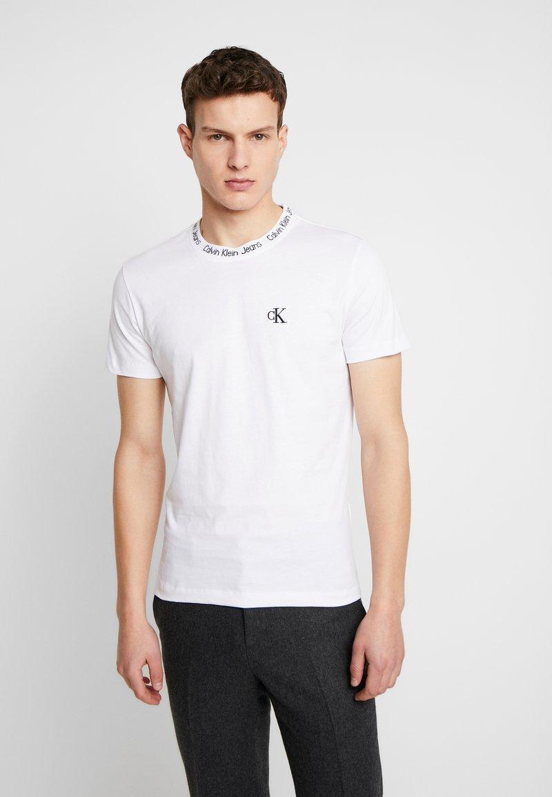 Calvin Klein Jeans - CHEST MONOGRAM COLLAR LOGO SLIM - T-shirt basic - bright white