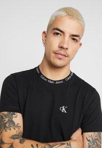 Calvin Klein Jeans - CHEST MONOGRAM COLLAR LOGO SLIM - Jednoduché triko - black beauty - 4
