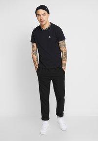 Calvin Klein Jeans - CHEST MONOGRAM COLLAR LOGO SLIM - Jednoduché triko - black beauty - 1