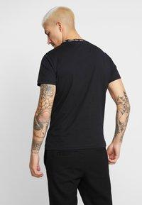 Calvin Klein Jeans - CHEST MONOGRAM COLLAR LOGO SLIM - Jednoduché triko - black beauty - 2