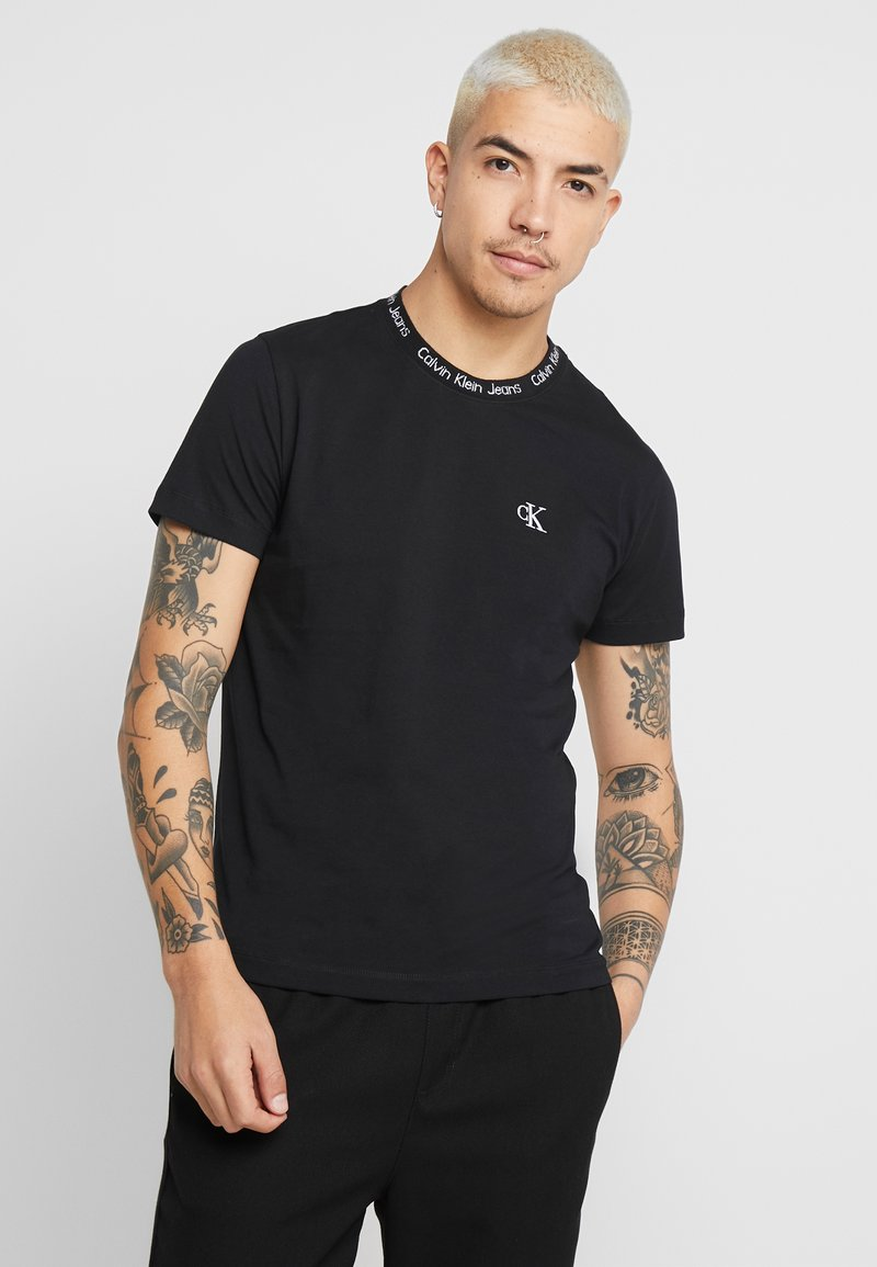 Calvin Klein Jeans - CHEST MONOGRAM COLLAR LOGO SLIM - Jednoduché triko - black beauty