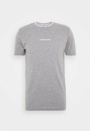 INSTITUTIONAL COLLAR LOGO - T-shirts med print - mottled grey