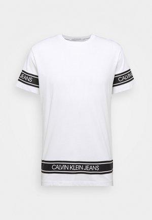 FASHION LOGO TAPE TEE - T-shirt z nadrukiem - bright white