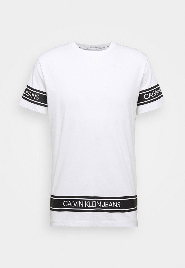 FASHION LOGO TAPE TEE - Print T-shirt - bright white