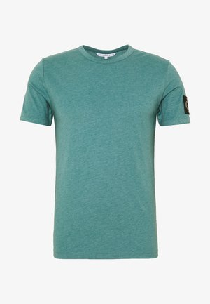 MONOGRAM BADGE GRINDLE TEE - T-shirt basic - vapor green
