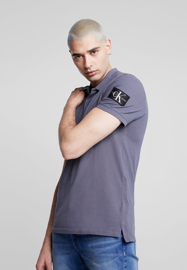 MONOGRAM SLEEVE POLO - Polo shirt - abstract grey