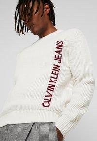 Calvin Klein Jeans - INSTIT LOGO - Svetr - egret/beet - 3